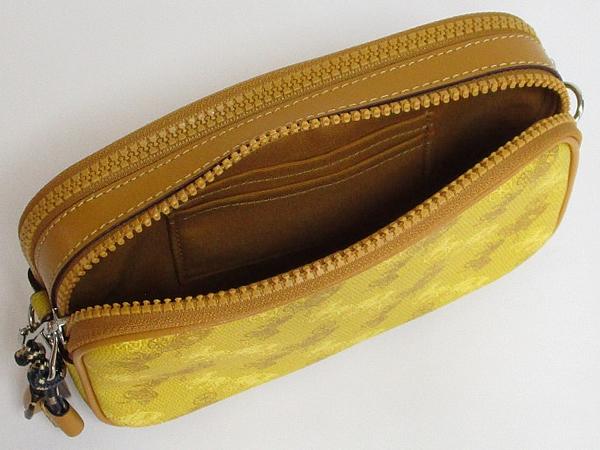 コーチ 馬と馬車柄ポーチF79952黄色 後ろ荷室